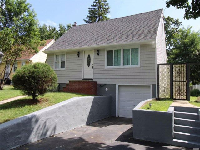 4 BR,  3.00 BTH  Cape style home in Roosevelt