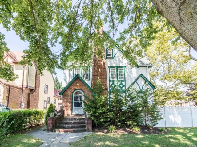 5 BR,  2.50 BTH Colonial style home in West Hempstead