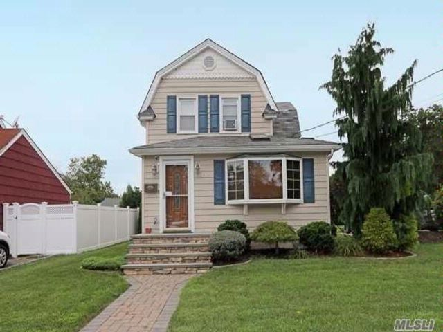2 BR,  2.00 BTH  Colonial style home in North Bellmore