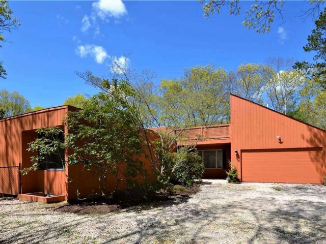 5 BR,  3.50 BTH Contemporary style home in Westhampton
