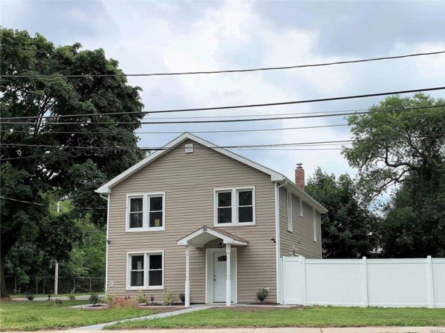 6 BR,  3.00 BTH Colonial style home in West Babylon