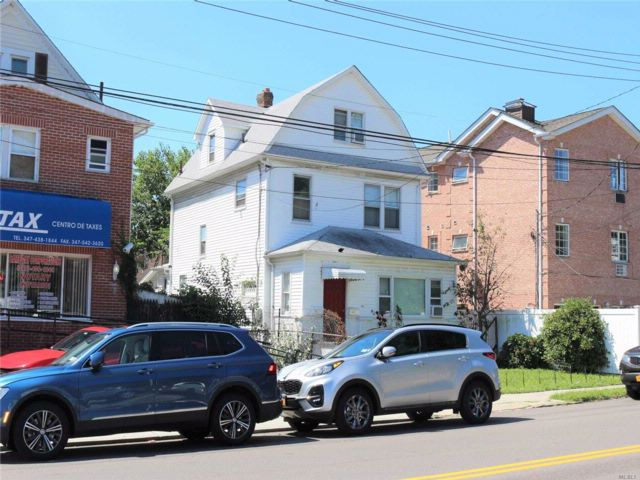 6 BR,  2.00 BTH  Colonial style home in Flushing