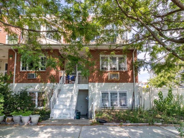6 BR,  3.00 BTH Colonial style home in Cypress Hills