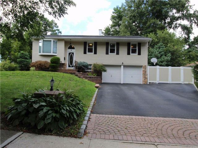 6 BR,  3.00 BTH Exp ranch style home in Commack