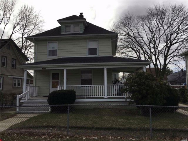 3 BR,  2.00 BTH  Colonial style home in Roosevelt