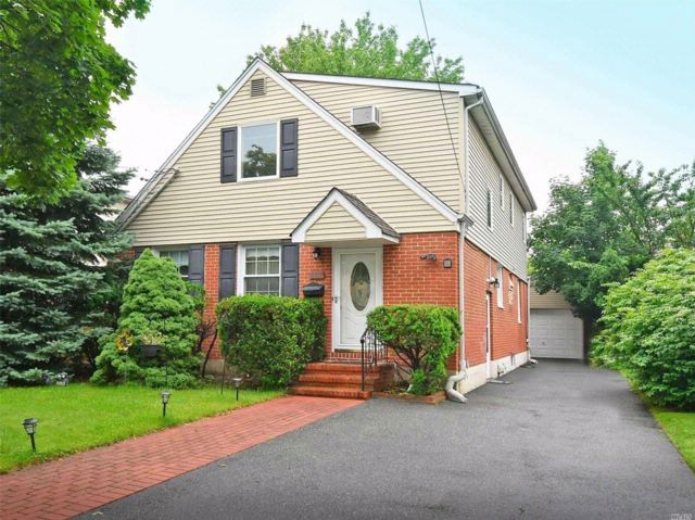 4 BR,  3.00 BTH Exp cape style home in Garden City South