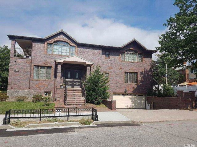 4 BR,  4.50 BTH Colonial style home in Rego Park