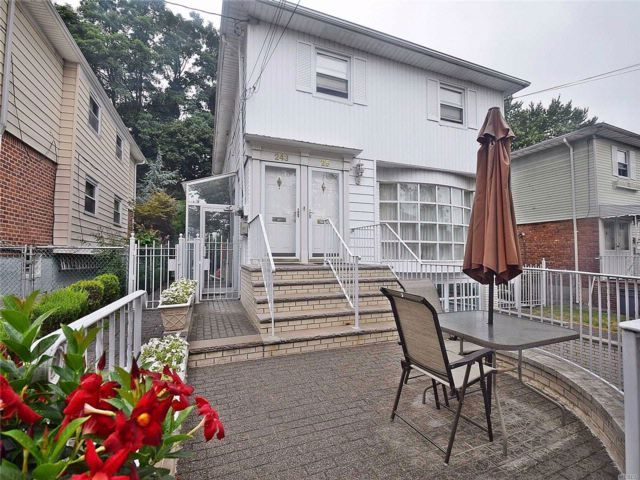 6 BR,  5.00 BTH Other style home in Douglaston
