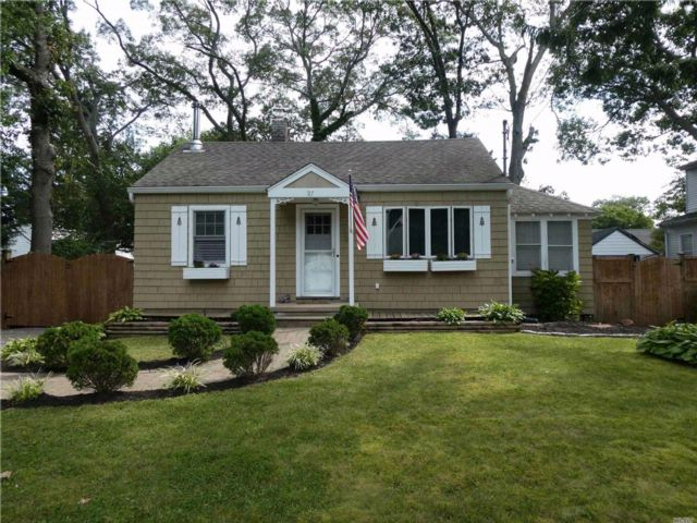 2 BR,  1.00 BTH  Ranch style home in Bay Shore