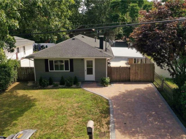 3 BR,  1.50 BTH  Ranch style home in Shirley