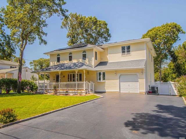 6 BR,  3.50 BTH Colonial style home in Holbrook