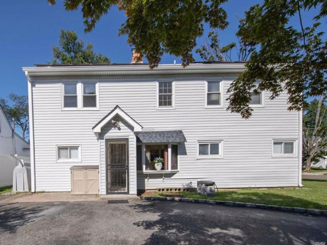 8 BR,  3.00 BTH  Colonial style home in Levittown