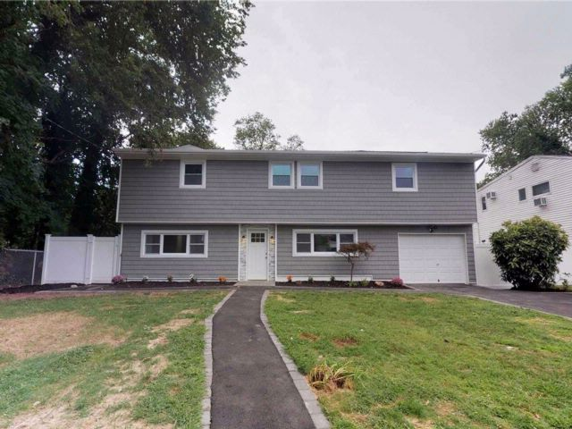 5 BR,  2.50 BTH Colonial style home in Babylon