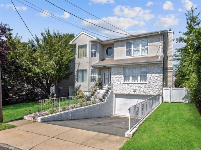 4 BR,  3.50 BTH Colonial style home in Albertson