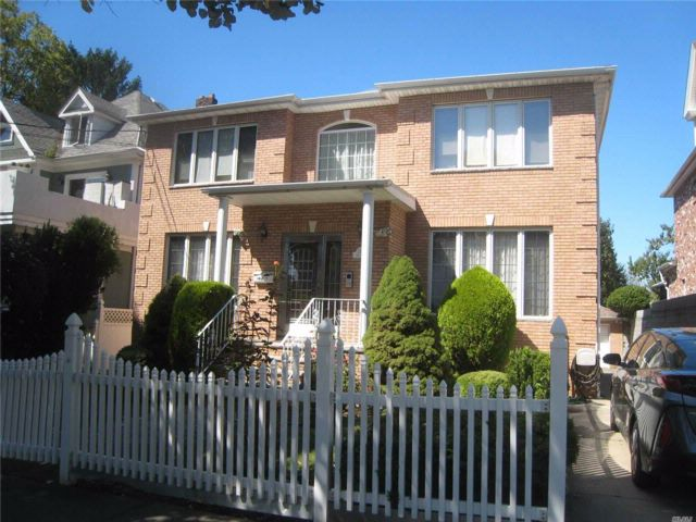 4 BR,  4.00 BTH  Colonial style home in Bayside