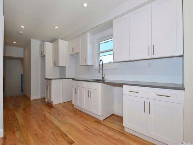 6 BR,  5.00 BTH Colonial style home in Rosedale