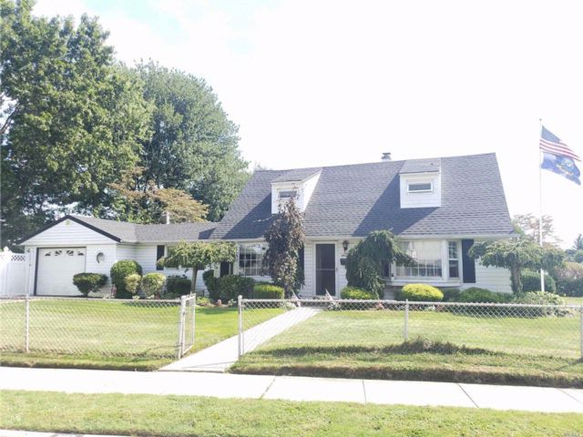 4 BR,  2.00 BTH Cape style home in Levittown