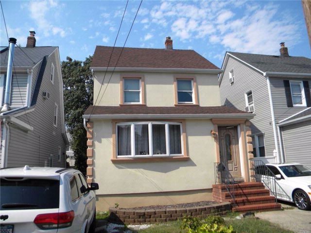 4 BR,  1.55 BTH Colonial style home in Bellerose