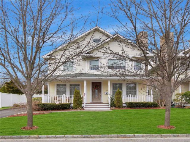5 BR,  3.50 BTH Colonial style home in Oyster Bay