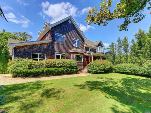5 BR,  2.55 BTH Colonial style home in West Islip