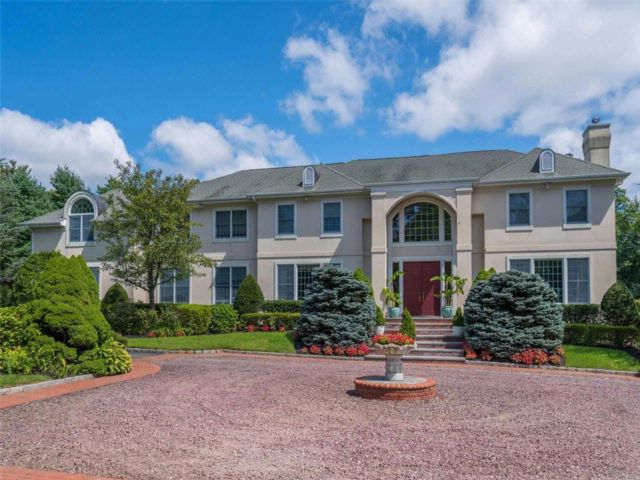 6 BR,  5.50 BTH Colonial style home in Muttontown