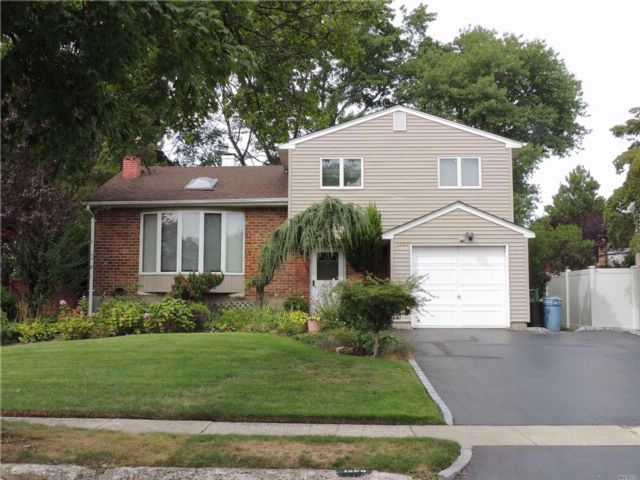 3 BR,  2.00 BTH  Split style home in Wantagh