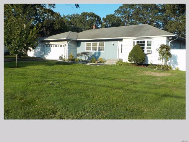 3 BR,  3.00 BTH  Ranch style home in Holtsville