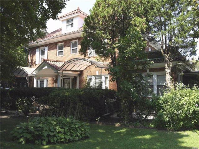 4 BR,  3.55 BTH  Colonial style home in Flushing