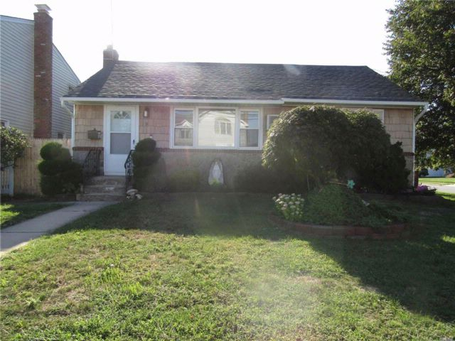 2 BR,  1.00 BTH  Ranch style home in Hicksville