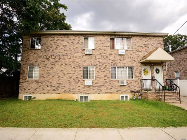 6 BR,  4.00 BTH Colonial style home in St. Albans