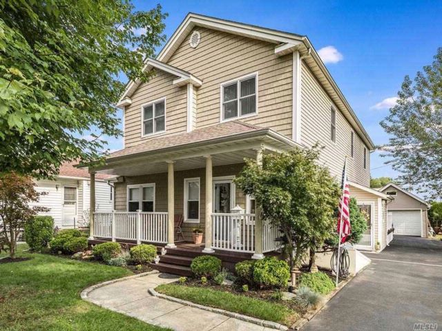 5 BR,  3.00 BTH Colonial style home in Bethpage