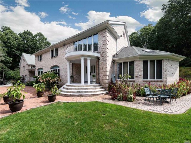 7 BR,  4.55 BTH  Colonial style home in Laurel Hollow