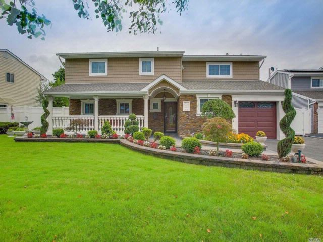 5 BR,  2.50 BTH Splanch style home in Bethpage