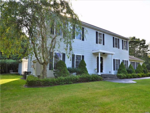 4 BR,  3.50 BTH  2 story style home in Westhampton