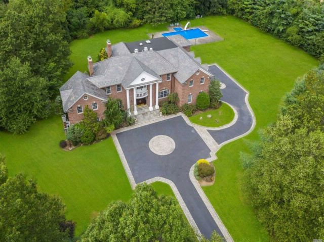 6 BR,  6.55 BTH Colonial style home in Muttontown