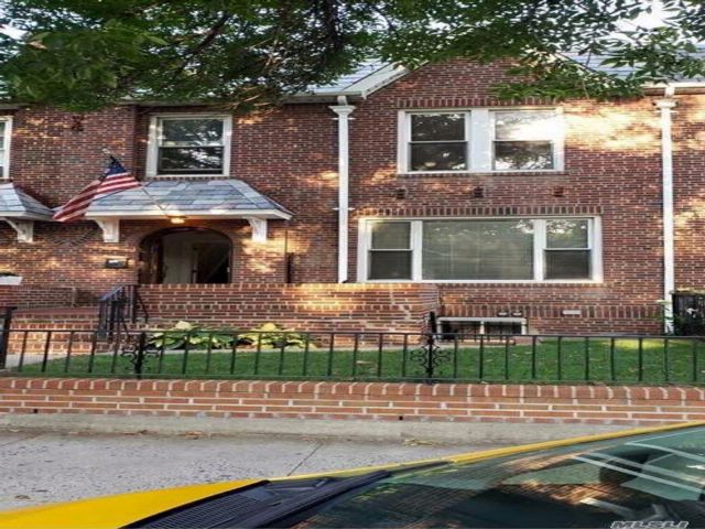 5 BR,  3.00 BTH Townhouse style home in Woodside