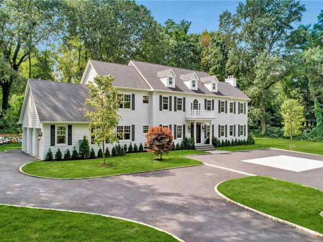 6 BR,  4.50 BTH  Colonial style home in Lattingtown