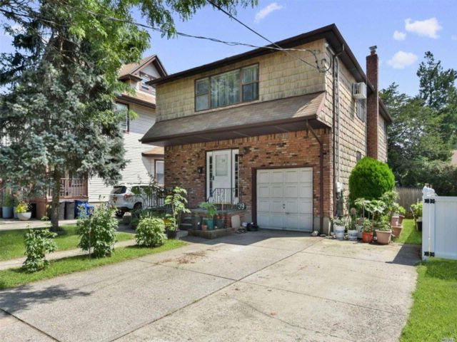 6 BR,  3.50 BTH 2 story style home in Floral Park