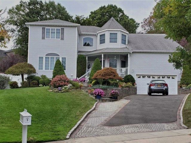 5 BR,  3.50 BTH  Colonial style home in Farmingdale
