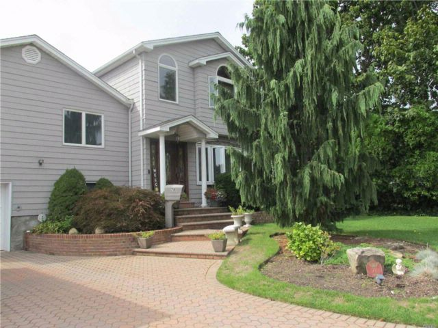 4 BR,  2.55 BTH Split style home in Wantagh