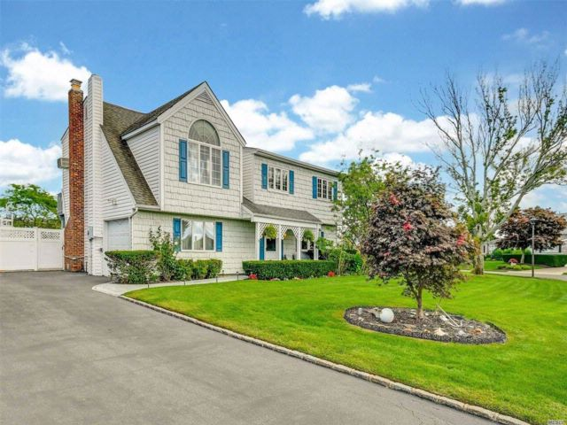 4 BR,  2.50 BTH Colonial style home in Copiague