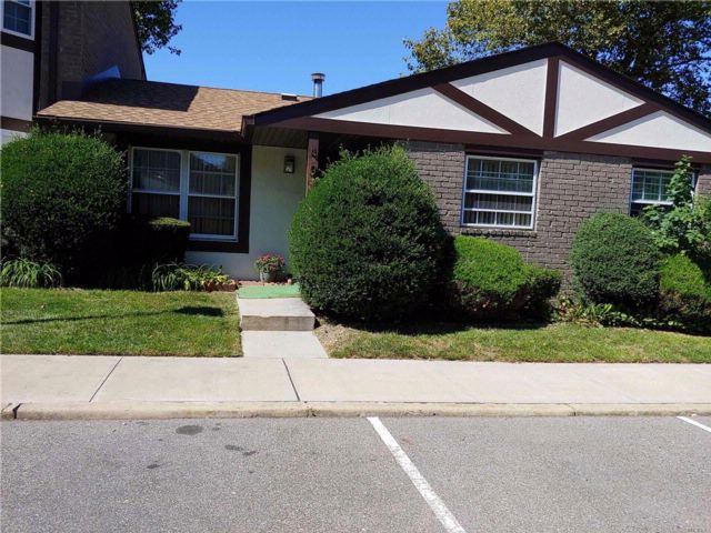 2 BR,  2.00 BTH Condo style home in Deer Park