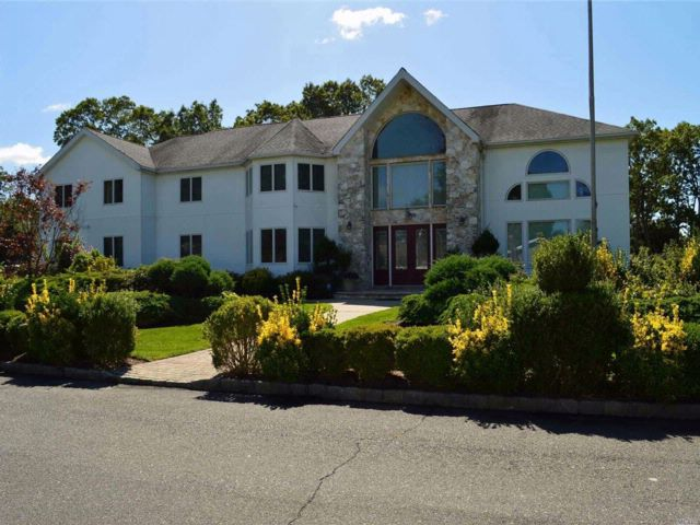 5 BR,  5.50 BTH  Colonial style home in Holtsville