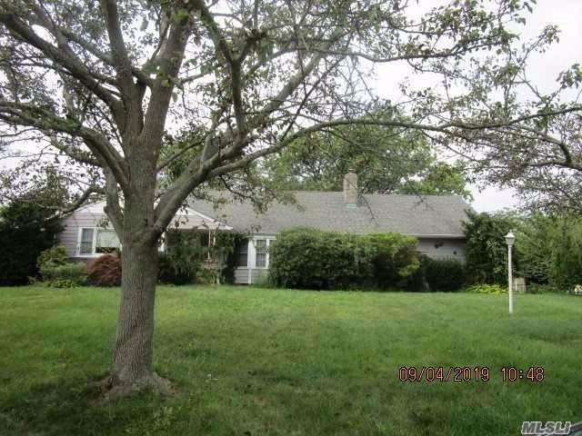 5 BR,  3.00 BTH  Split ranch style home in West Islip
