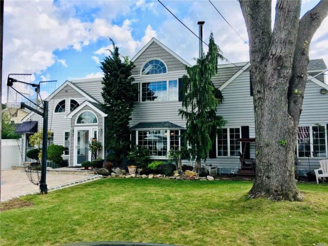 4 BR,  2.50 BTH  Contemporary style home in Wantagh