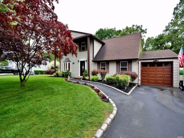 4 BR,  1.55 BTH Colonial style home in Mt. Sinai