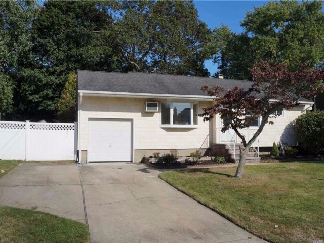3 BR,  2.00 BTH  Ranch style home in North Babylon