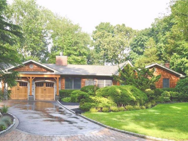 5 BR,  5.50 BTH Ranch style home in Smithtown