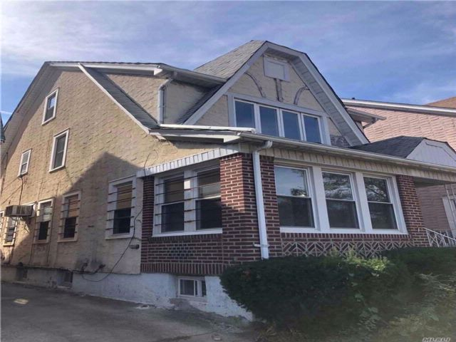 5 BR,  3.00 BTH Colonial style home in Jamaica Hills