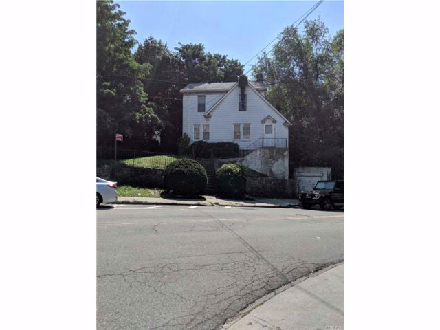3 BR,  1.00 BTH Colonial style home in Fieldston